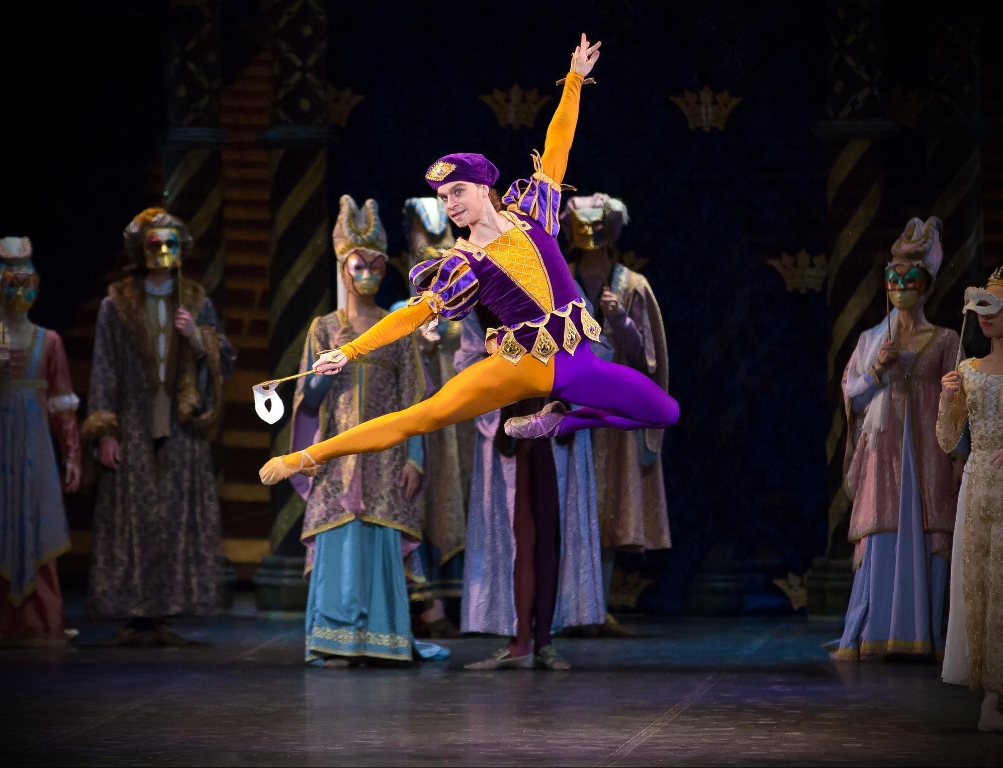"""Бессмертное произведение  П. Чайковского """"Лебединое озеро"""" на сцене Астраханского театра"""