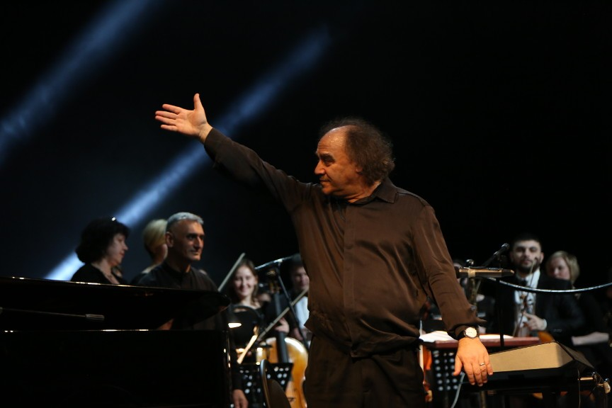 На сцене Астраханского театра Оперы и Балета выступил знаменитый джазовый музыкант Сергей Манукян