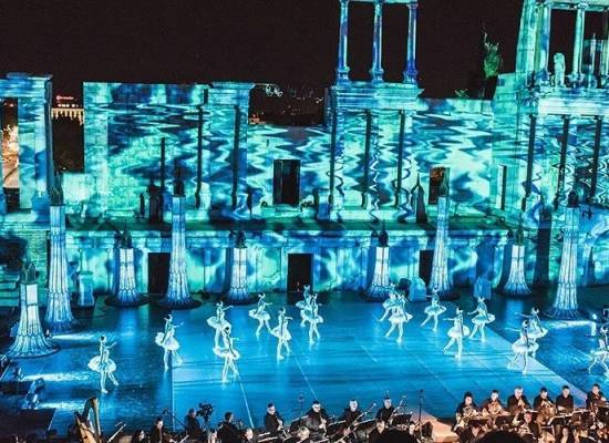 Выступление на сцене Античного театра, построенного во II веке