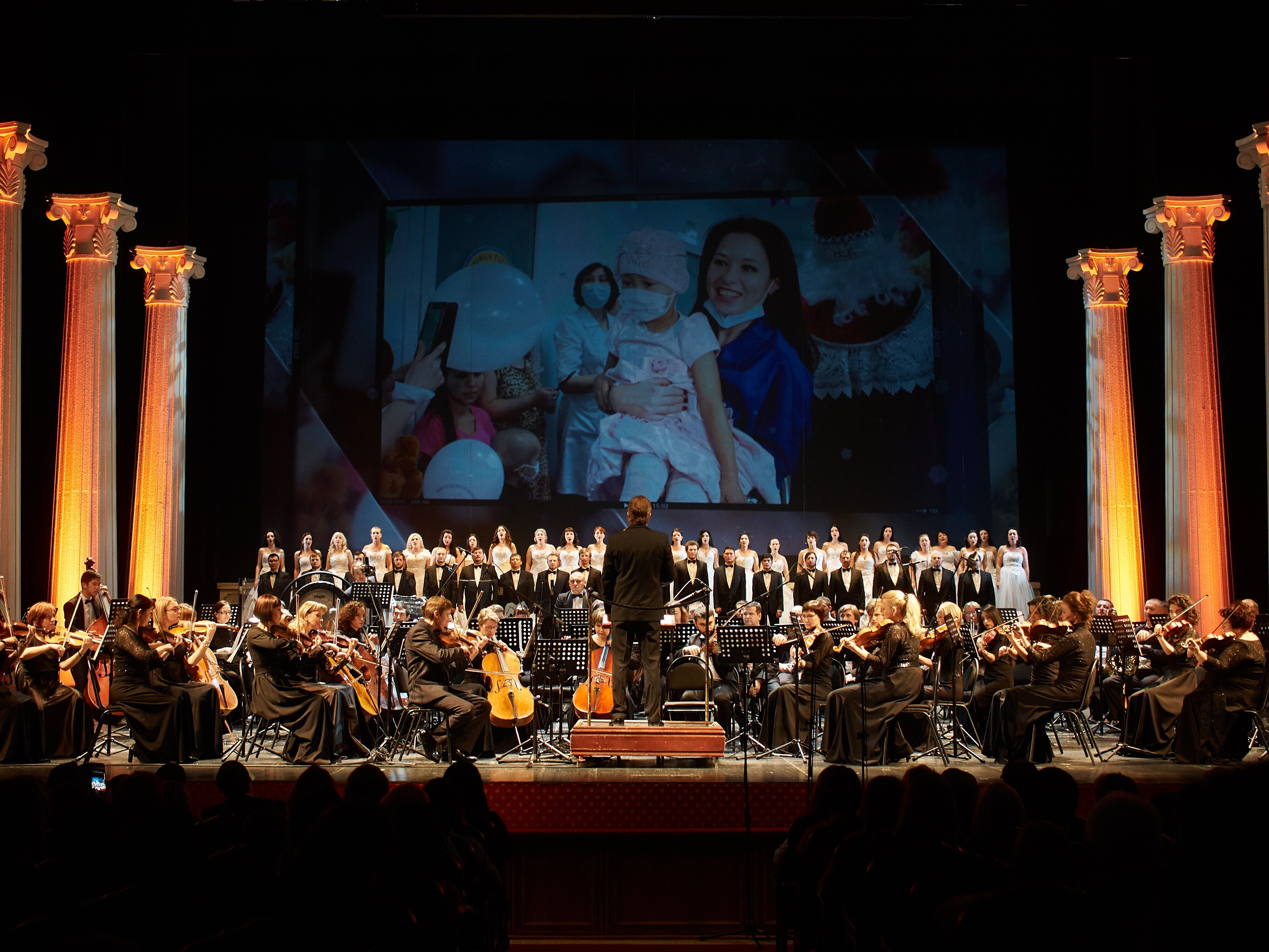 В Астраханском государственном театре Оперы и Балета состоялся благотворительный концерт с участием оперных звёзд