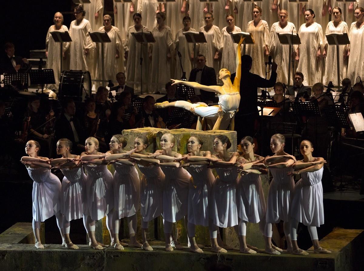 5 июля Астраханский театр Оперы и Балета приглашает на трансляцию балета «Кармина Бурана»