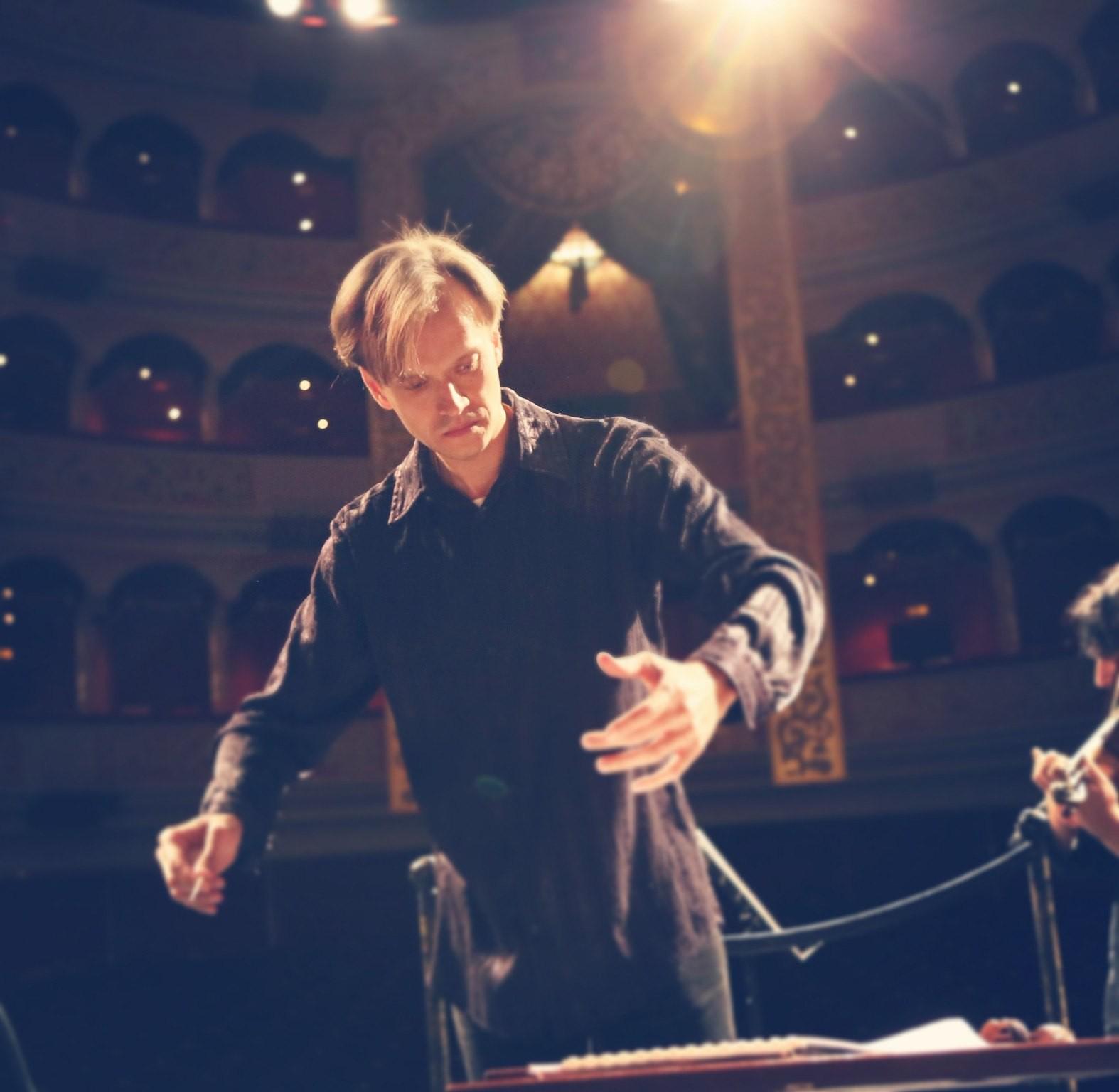 Сегодня День рождения празднует дирижер Астраханского государственного театра Оперы и Балета Дмитрий Банаев