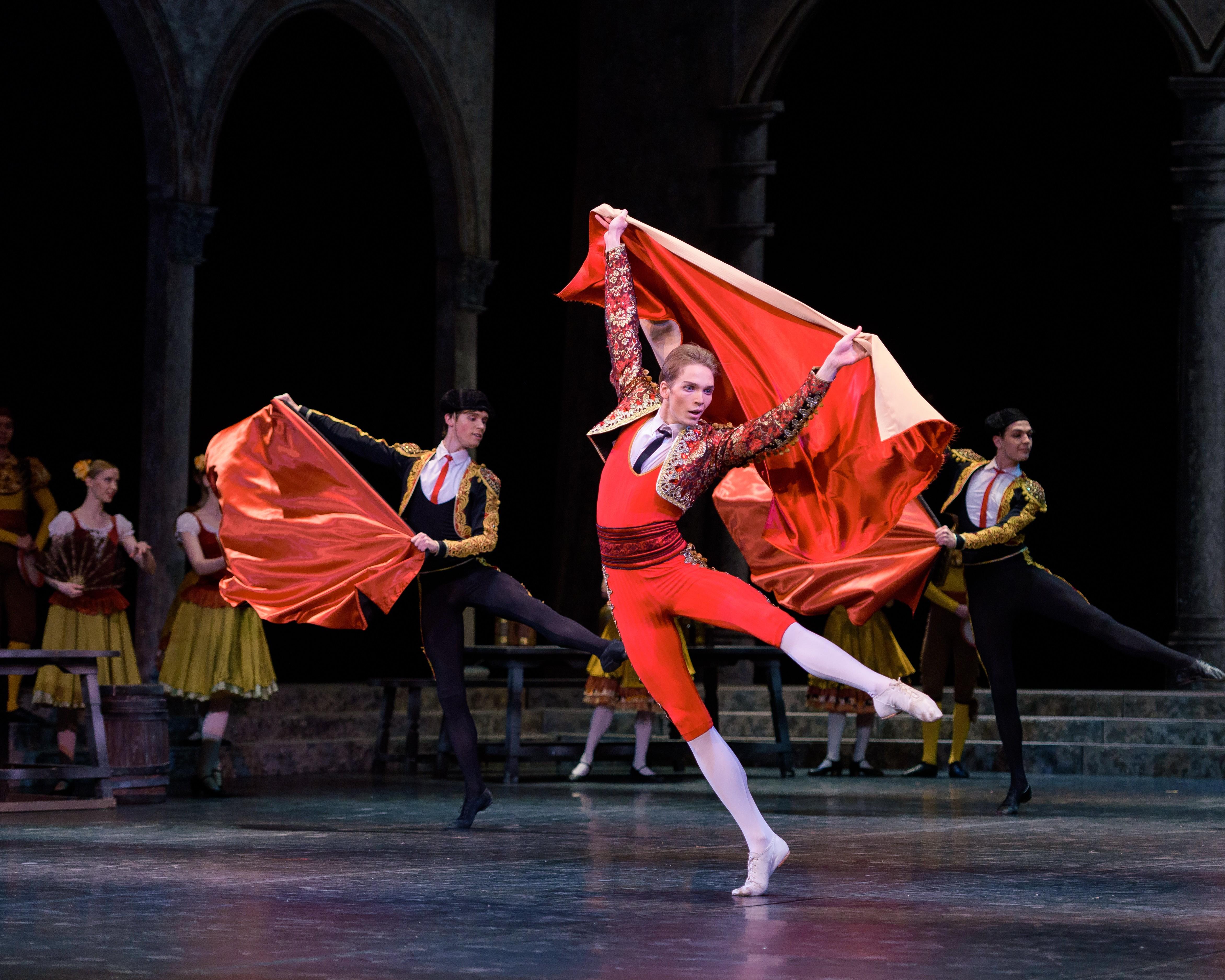 На сцене астраханского театра Оперы и Балета— балет «Дон Кихот»