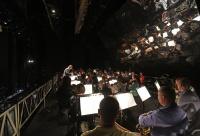 Оркестр поднялся над сценой