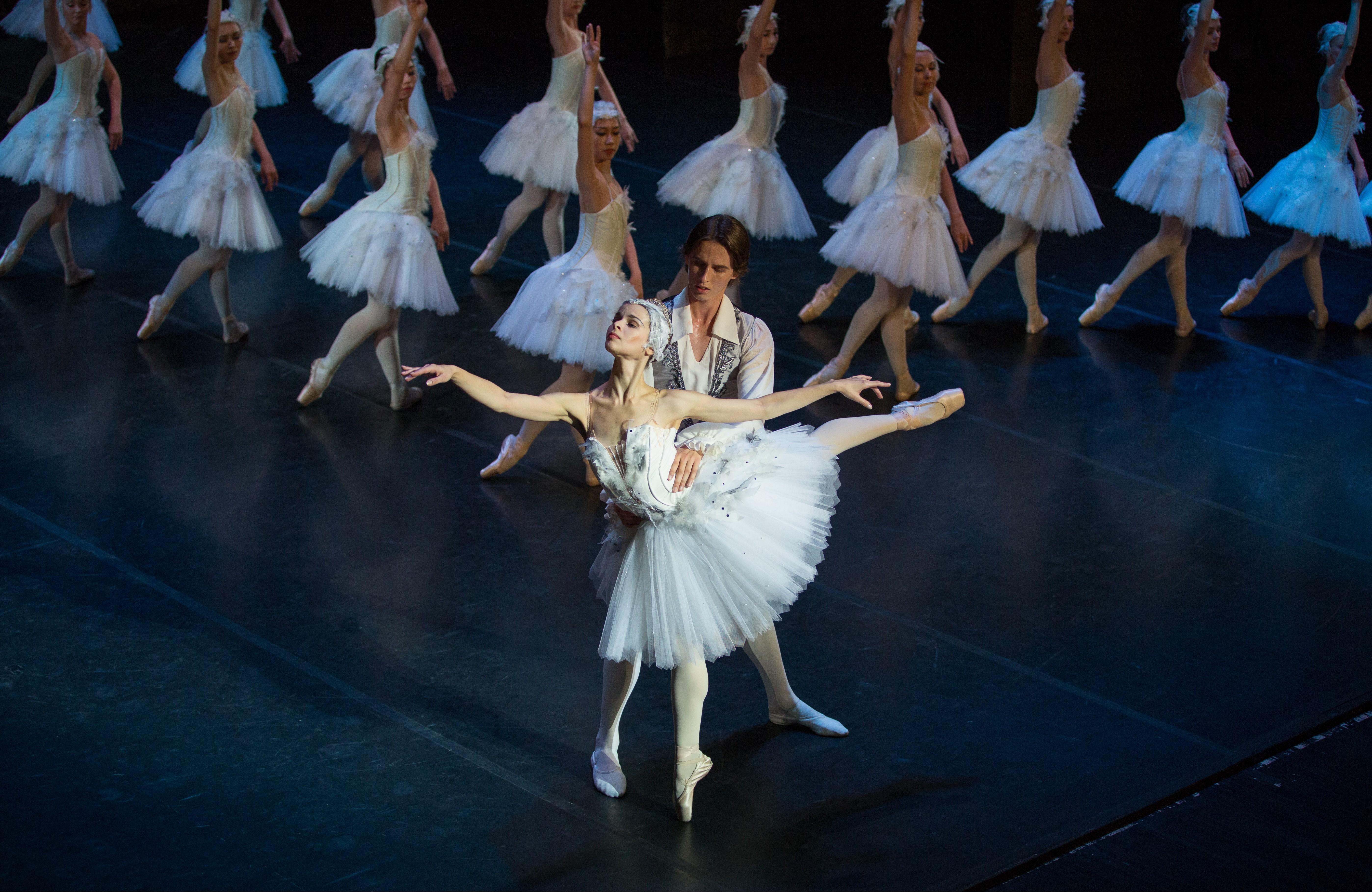 """Бессмертное произведение  """"Лебединое озеро"""" на сцене Астраханского театра"""