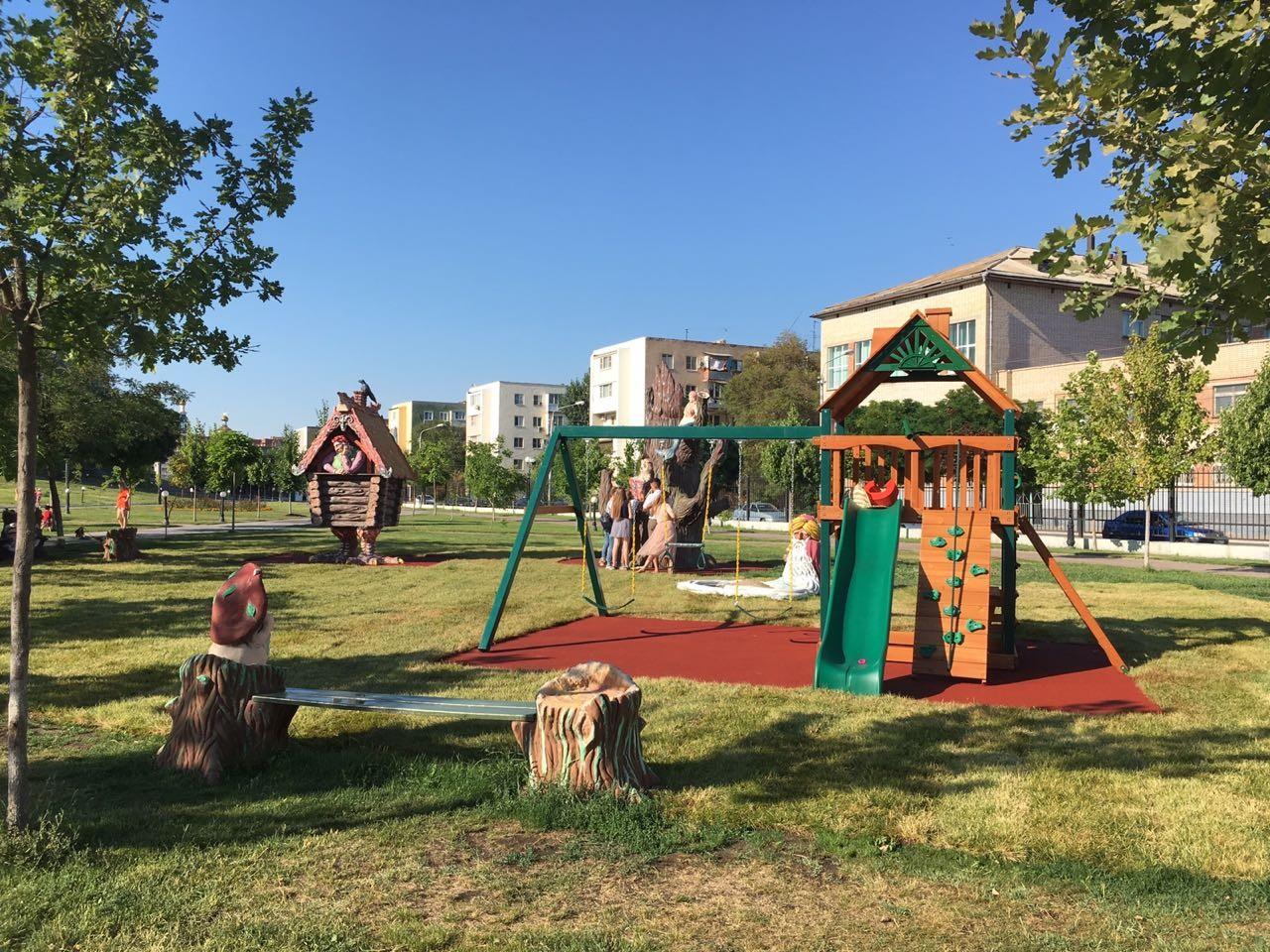 """Новая детская площадка в парке """"Театральный"""""""