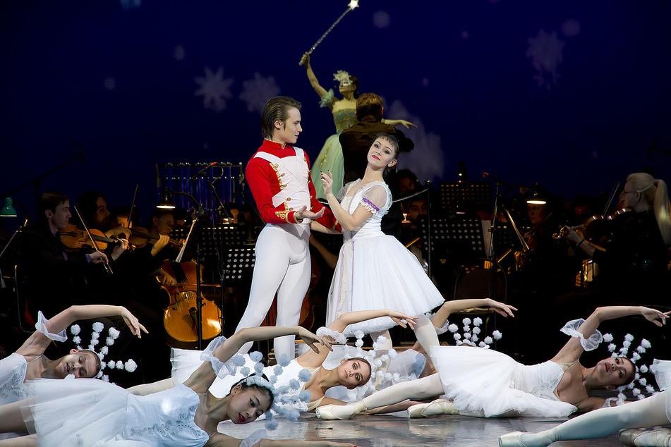 """Сегодня вечером мы вновь приглашаем зрителей на """"Новогодний маскарад""""!"""